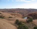 les dunes de slickrock plongeant vers le colorado